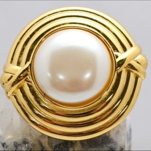 Vintage Monet Gold Tone Pearl Brooch
